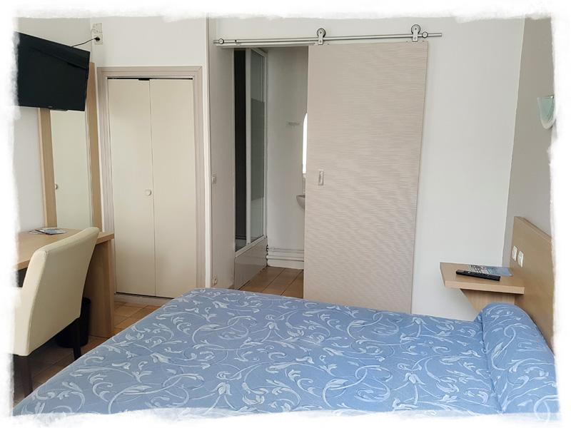 Chambre pour deux personnes avec bureau et douche