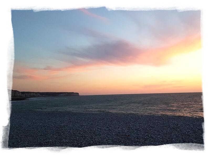 Soleil couchant sur la plage de galets de Fécamp