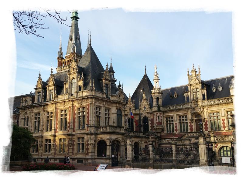 Vue sur l'architecture du Palais Bénédictine que vous pourrez visiter à Fécamp