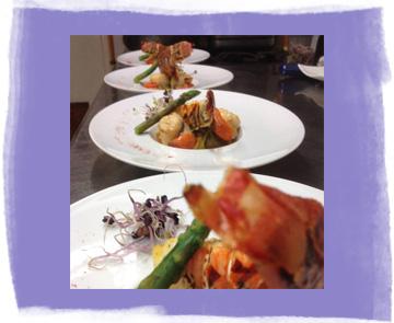 Assiette de queues de langoustes avec des coquilles Saint-Jacques