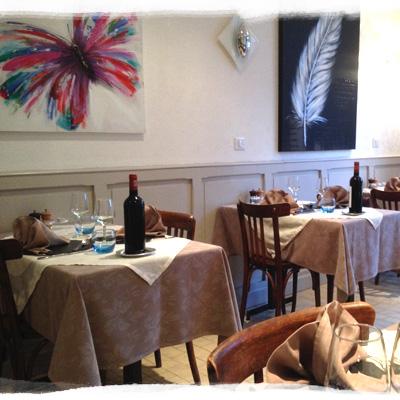 Décoration simple et chaleureuse du restaurant à Fécamp