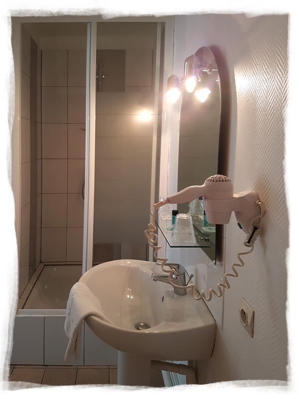 La salle de bain d'une de nos chambres avec douche et sèche-cheveux