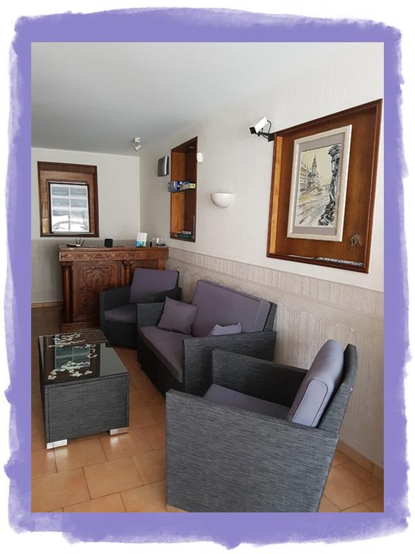 Le salon d'accueil de l'hotel à Fécamp