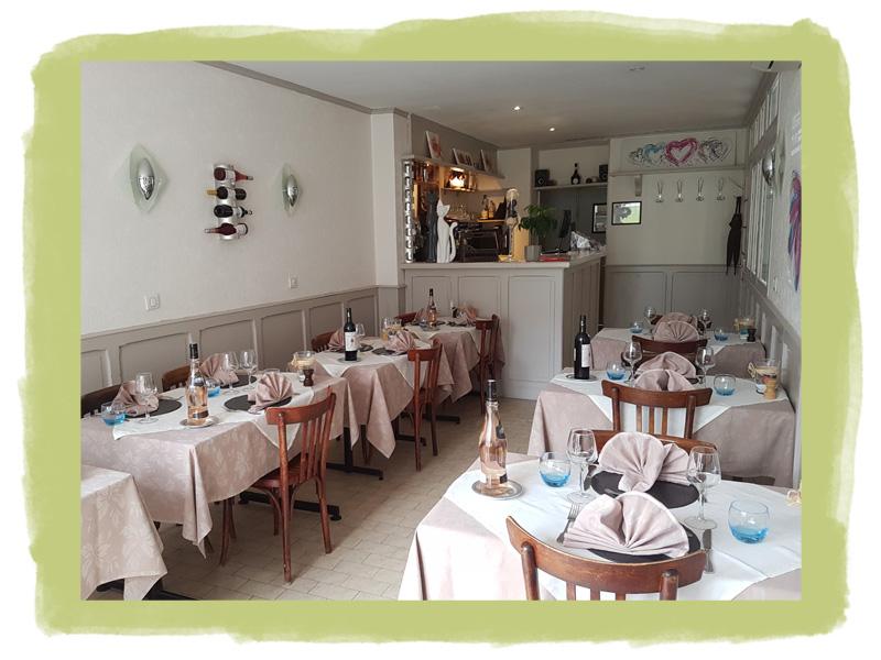 La décoration simple et chaleureuse de notre restaurant traditionnel avec climatisation